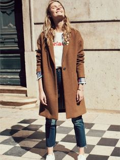 Photo via: Madewell Fall is all about the layers and this casual cool look is the perfect example. Layer a caramel colored coat over a plaid shirt, graphic tee, raw-hem jeans, and white sneakers. Mode Outfits, Winter Outfits, Casual Outfits, Fashion Outfits, Womens Fashion, Fashion Trends, Latest Fashion, Looks Street Style, Looks Style