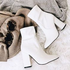 41 Stylish Casual Shoes Ideas To Inspire - Shoes Market Experts Fashion 60s, Fashion Shoes, Fashion Mode, Fashion Ideas, Fashion Trends, Catwalk Fashion, Fashion Belts, Lifestyle Fashion, Travel Fashion