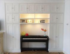 Een ingebouwde opbergkast zorgt voor een nieuwe sfeer in uw woonkamer.  Volledig op maat gemaakt van unieke kwaliteit die alleen Intia u kan bieden. #intia #interieur #bouw #meubelmakerij #woonkamer