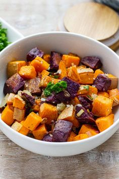 Try this rather tasty and simple Broiled Sweet potato bites recipe, they pair well with a variety of meals. Sweet Potatoe Bites, Potato Bites, Easy Delicious Dinner Recipes, Yummy Food, Quick Weeknight Dinners, Steak Bites, Sweet Potato Recipes, Roasted Sweet Potatoes, Roasted Vegetables