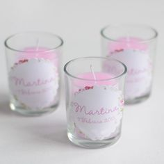 El detalle perfecto para entregar en el Bautizo o Primera Comunión de una niña. Velitas en vasitos de cristal personalizadas con el nombre de la niña y la fecha del evento.