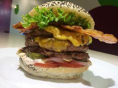 Noviembre 2015: La 300! 3 hamburguesas de 100gr a la brasa, doble de cheddar, bacon crujiente, tomate, lechuga, pepinillos y cebolla de Figueres... Espectacular! burger, hamburguesa gourmet, Dr.Burger, hamburguesa, hamburgueseria, mataro, maresme, barcelona.