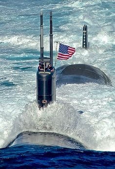 coffeenuts:    lahoriblefollia:Los Angeles-class attack submarine USS Tuscon