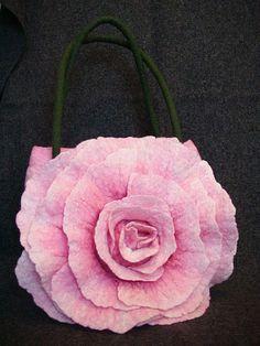 Bolso de fieltro rosa flor Tutorial DIY How to make rose felt bag see step-by-step fotos Nuno Felting, Needle Felting, Felt Flowers, Fabric Flowers, How To Make Rose, Felt Purse, Art Bag, Felting Tutorials, Felt Hearts