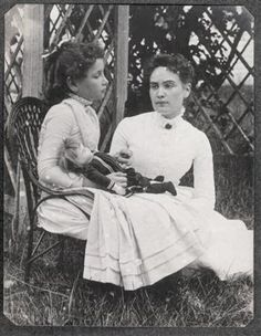 """Taken in Cape Cod, Massachusetts and shows eight-year-old Helen Keller with her teacher Anne Sullivan. Both Keller and Sullivan indicated later in their journals that """"doll"""" was the first word Helen Keller learned in sign language in March 1887 Helen Keller, Tilda Swinton, Rare Photos, Old Photos, Ute Lemper, Anne Sullivan, Sullivan Family, Deaf Children, Maria Callas"""