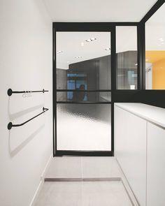 보문동 빌라 프로젝트 현관 ! ! ! . . . #삼플러스#디자인#윤현상재#인테리어#중문#인테리어디자인#금속파티션#디자이너#입구#현관인테리어#소통#interior#3plusdesign#designer#design#door#entance#metal#tile#instadaily#instapic by 3plusdesign_er