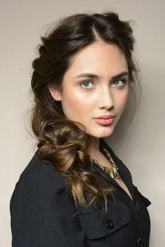 Nos inspiramos no período vitoriano para fazer esse penteado bem romântico, feminino e delicado.