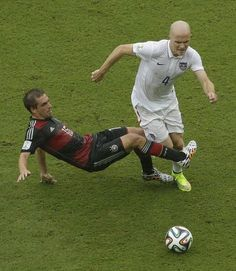 Germany's Philipp Lahm challenges United States' Michael Bradley (4) for the ball during the group G World Cup soccer match between the USA and Germany at the Arena Pernambuco in Recife, Brazil, Thursday, June 26, 2014.레드9카지노 훌라잘하는법 코리아블랙잭 레드9카지노 훌라잘하는법 코리아블랙잭 레드9카지노 훌라잘하는법 코리아블랙잭 레드9카지노 훌라잘하는법 코리아블랙잭