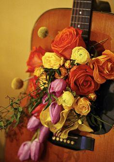 Un toque elegante a tu fiesta hippie: flores en una guitarra! / An elegant touch to your hippie party: flowers in a guitar!