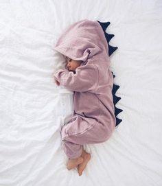 Kijk dit lieve draakje nou liggen. Deze te schattige baby onesie is beschikbaar in de kleuren grijs en roze en geschikt voor zowel jongens als meisjes. 100% katoen en in 4 verschillende maten.