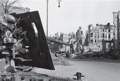 Flak 18 knocked out in the ruins of Budapester Straße - Berlin 1945 [1006x681]