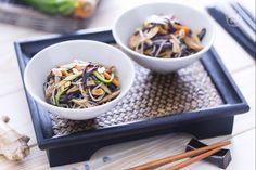 Gli spaghetti di riso con verdure e pollo caramellato sono un primo piatto che evoca l'Oriente, grazie a soia, mandorle, miele, zenzero e lime