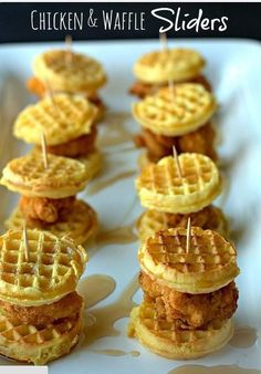 Chicken & Waffle Sliders: Brunch party snacks that are super quick & easy to make! Kid friendly, too! Easy Brunch Recipes, Appetizer Recipes, Tailgating Recipes, Football Recipes, Brunch Appetizers, Mini Appetizers, Brunch Menu, Appetizer Ideas, Party Recipes