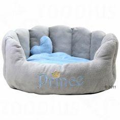 Cama para príncipes reales de cuatro patas, realizada en suave felpa, con almohada extra en forma de corazón y un bonito bordado.