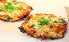 Healthy hoisin chicken pizza  Serves: Serves 4    Ingredients         4 x wholemeal pita pockets (about 15cm diameter)       oil spray       2 tbsp hoisin sauce       1 tbsp plum sauce