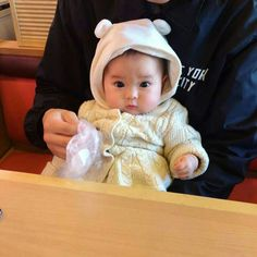 Baby clothes should be selected according to what? How to wash baby clothes? What should be considered when choosing baby clothes in shopping? Baby clothes should be selected according to … Cute Asian Babies, Korean Babies, Asian Kids, Cute Babies, Baby Boy, Cute Baby Girl, Baby Kids, Bebe Baby, The Babys