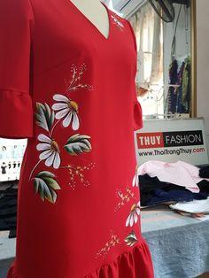 Váy vẽ tay được Thời Trang Thủy thiết kế với kiểu váy suông với phần cách điệu loe phần tay áo và gấu váy. Váy được vẽ hoa thủ công bằng màu vẽ acrylic Fabric Colour Painting, Fabric Painting On Clothes, Painted Clothes, Saree Painting, T Shirt Painting, Hand Painted Dress, Hand Painted Fabric, Fabric Paint Shirt, Kerala Saree Blouse Designs