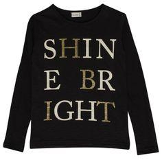 Meisjes zwarte tshirt shine bright van het merk Hust and Claire Een effen zwarte meisjes tshirt met een lange mouw. De shirt heeft een mooie tekst met witte en gouden letters : Shine bright