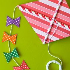 Make a cute paper kite with paper straws and patterned paper. Photo tutorial. In English and Swedish.