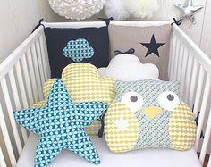 Tour de lit bébé 6 coussins, nuages, hibou, étoile, beige/taupe, bleu marine et jaune moutarde