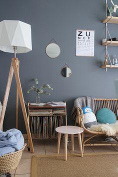 banquette en rotin et mobilier en bois dans ce salon cosy
