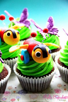 New Zealand's most famous Buzzy Bee! (by Bella Cupcakes (Vanessa Iti)) Bee Cupcakes, Fancy Cupcakes, Animal Cupcakes, Yummy Cupcakes, Decorated Cupcakes, Elegant Cupcakes, Amazing Cupcakes, Custom Cupcakes, Awesome Cakes