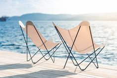 Outdoor butterfly chair is foldable, simple retro-looking chairs with a metal frame covered with cloth, leather or plush. Garden Lounge Chairs, Outdoor Lounge, Outdoor Chairs, Outdoor Furniture, Outdoor Decor, Modern Furniture, Rocking Chair Nursery, Swimming Pools Backyard, Sunbrella Fabric