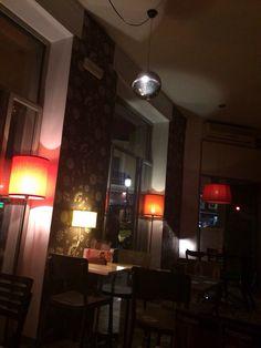 Café Tula en Ruzafa. Muy bien servicio y atención en pleno corazón de Ruzafa. #copas #ruzafa #lugaresparaperderse Mirror, Furniture, Home Decor, Once In A Lifetime, Restaurants, Places, Decoration Home, Room Decor, Mirrors