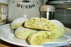 La ricetta di questi deliziosi biscotti al pistacchio altro non è che una variante dei biscotti al limone; semplici da preparare, si mantengono per giorni.