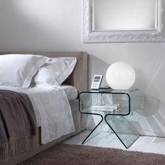 Das Modell Relax aus dem Hause La Vetreria eignet sich als Beistelltisch oder als Nachtkästchen. Der Tisch vereint modernes Design mit ausgezeichneter Funktionalität. Der Tisch besteht aus einer einzigen kunstvoll gebogenen 10 mm dicken Glasplatte. Der Tisch ist in Klarglas oder Schwarz lackiert erhältlich.  Farben:  Klarglas oder Schwarz.  Maße:  45 x 43 x 43 cm Ab € 418,-- Glass Furniture, Relax, Lighting, Home Decor, Bedside Desk, Modern Design, Model, Black, House