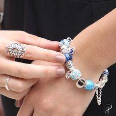 As pulseiras da Linha Symbol são ótimas para quem ama berloques e quer uma pulseira inteira da sua cor favorita!    O modelo da foto você pode comprar montada pelo código 623001 [Valor total: R$897]