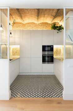 A floor in the Raval with lots of brick, wood and hydraulic tiles Home Decor Kitchen, Kitchen Interior, Home Kitchens, Kitchen Design, Casa Petra, Cocina Office, Vaulted Ceiling Lighting, Decoracion Vintage Chic, Brick And Wood