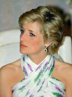 Diana Princess of Wales attends a State Banquet during her official visit to Nigeria on March 15 1990 in Lagos Nigeria. The Princess wears a . Lady Diana Spencer, Real Princess, Princess Of Wales, Princess Diana Pictures, Diana Fashion, Elisabeth Ii, Glamour, Prince Charles, Queen Elizabeth