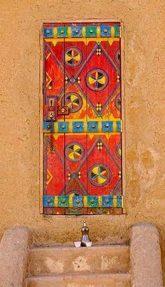 Door in Diriyah, on the outskirts of Riyadh, Saudi Arabia - photo by kathleencroes, via Pikore