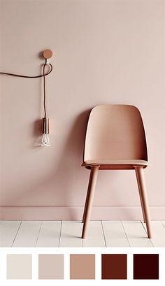 Rose poudre + cuivre + parquet blanc - Chaise et mur en ton sur ton - Applique murale cuivrée ?