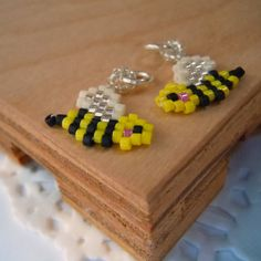 Honeybee Seed Bead Charm - Peyote Stitch Bead Weaving - Insect Beaded Jewelry…