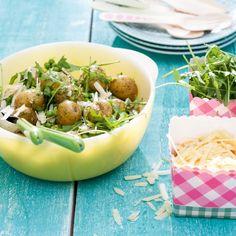 Krieltjessalade met rucolapesto - Lekker: de heerlijke pestosmaak wordt opgenomen door de warme krieltjes. #zomer #salade #recept #JumboSupermarkten