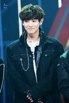 Dot try and hide that smile little boy😘😘😘 Kpop Exo, Exo Ot9, K Pop, Fanfic Exo, Kdrama, Rapper, Chanyeol Baekhyun, Kim Minseok, Xiuchen