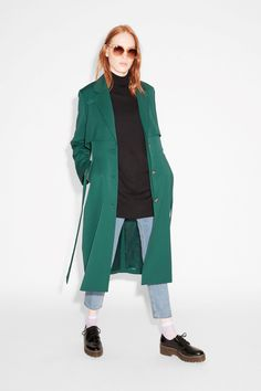 A lightweight, fabulously coloured trench coat with a ribbon tie, slanted welt pockets and classic lapels.
