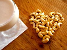 Hier einmal ein Rezept für eine pflanzliche Milch, die Ihr nicht im Geschäft findet. Cashews zeichnen sich durch ihren milden, süßen Geschmack und ihren hohen Magnesium- und Eisenanteil aus.