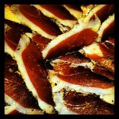 """El magret de Pato curado es un embutido excelente para acompañar ensaladas o platos fríos o para comerlo con pan contomate, tomar un aperitivo, en forma de tapa etc ..    Está elaborado a partir del pecho del pato """"mulard"""" criado en el Empordà de manera no intensiva. lo elaboramos de manera totalmente artesanal sin colorantes ni conservantes.    Sus únicos ingredientes son: sal marina, pimienta y azúcar"""