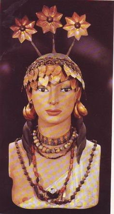 """Pu'abi or Shab'ad """"The Sumerian princess"""" : Jewelry & headdress of gold & imported precious stones such as carnelian & lapis lazuli from India/ Afghanistan. Royal Cemetery of Ur. Early Dynastic, ca 2400 BC. Natn'l Museum of Iraq, Baghdad"""