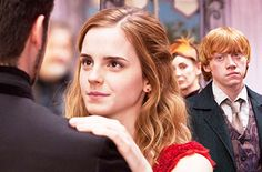i have never seen a photo equally discriptive .the emotions r sooo alive ron when hermione danced with victor krum.harry potter and the deathly hallows. Harry Potter World, Mundo Harry Potter, Harry Potter Love, Harry Potter Fandom, Ron Weasley, Must Be A Weasley, Ginny Weasly, Hermione Granger, Harry Hermione Ron