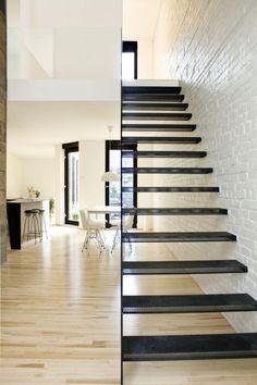 escalier métallique, joli escalier droit et mur en briques blanches