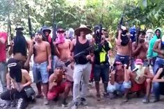 """Es increíble el nivel de impunidad y descaro con el que actúa el hampa en Venezuela: es muy fácil identificarlos y rastrearlos, pero aún así, las autoridades competentes no lo hacen. Un video compartido en redes sociales evidencia como no menos de 20 delincuentes de la banda """"el Tren del Llano"""" amenazan de secuestro a un ciudadano caraqueño. Los hampones, armados hasta los dientes, ..."""