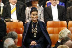 Mozah bint Nasser Al Missned of Qatar, at Dutch Inauguration Queen Fashion, Royal Fashion, Timeless Fashion, Fashion Looks, Women's Fashion, Saudi Princess, Royal Princess, Princess Diana, Inauguration Ceremony