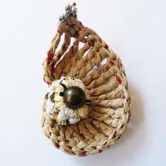 Broche de plástico reciclado a crochet.