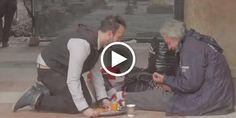 Nel centro di Milano, tra le vetrine illuminate e i passanti con le buste dei regali, un ragazzo porta con un vassoio la colazione ai senzatetto. Spremuta e cornetti caldi per i tanti, troppi, donne e uomini che ancora una volta si troveranno ad affrontare l'inverno e il Natale per