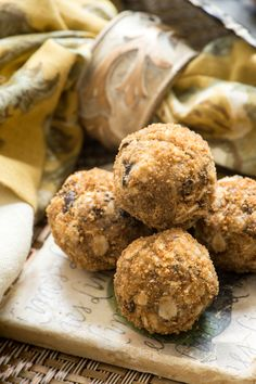 Sunflower Almond Butter Cacao Chip Balls: sometimes you need a cookie and these are full of nutrients, not empty calories (raw, vegan).