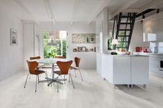 White hardwood floors create an open and airy feeling in this kitchen. Hardwood is Karelia Ash Story in colour Shiny White. White Hardwood Floors, Flooring Shops, Wood Flooring, Look Vintage, Light Oak, Wide Plank, Red Oak, Minimalism, Bamboo